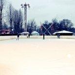 Открытый каток с искусственным охлаждением в парке Победы