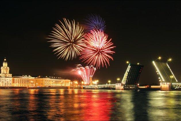 праздничный фейерверк в честь 72-й годовщины освобождения Ленинграда от блокады