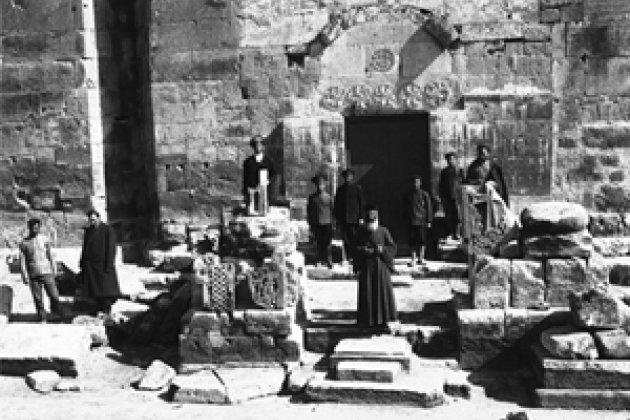 Ширакакван. Южный вход церкви Св. Всеспасителя, X в. Фотография Т. Тораманяна, 1908 г.