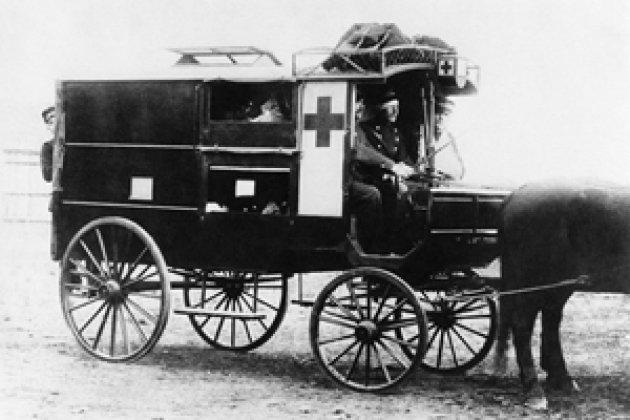 Машина скорой помощи датских вооруженных сил, 1878 г. Женевская конвенция 1864 г. учредила единую отличительную эмблему - красный крест на белом фоне - для машин скорой помощи, больниц и санитарного персонала.