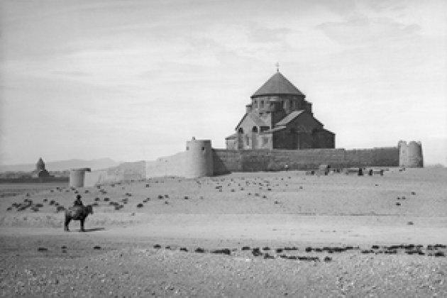 Эчмиадзин. Церковь Св. Рипсиме, VII в. Фотография О. Кюркчяна, 1878 г.