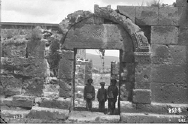 Ани. Кафедральный собор. 989–1001 гг., зочий: Трдат.  Фотография Т. Тораманяна, 1905 г.