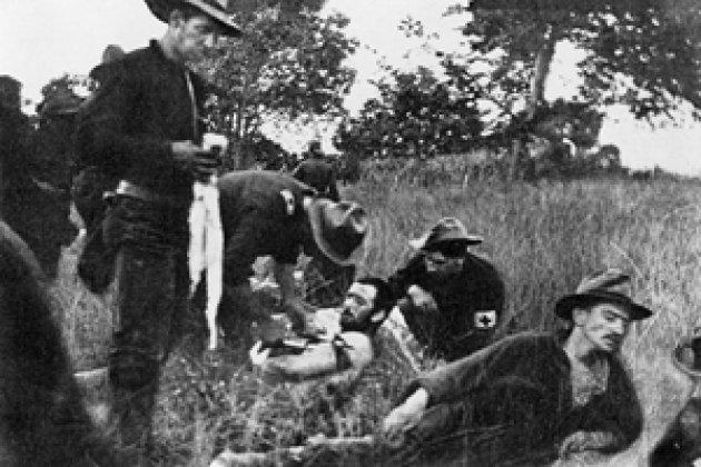 Испано-американская война 1898 г. В полевом госпитале хирург медицинской службы сухопутных войск США оказывает помощь раненому.