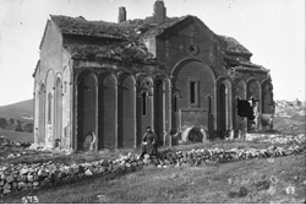 Егвард. Южный вход базилики V в. Фотография Т. Тораманяна, 1910 г.