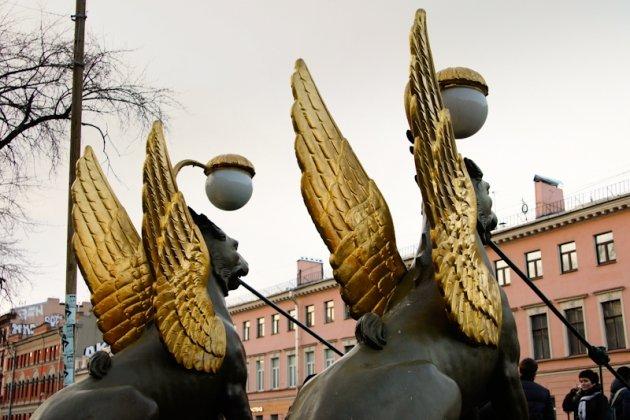 Грифоны на банковском мосту в Санкт Петербурге