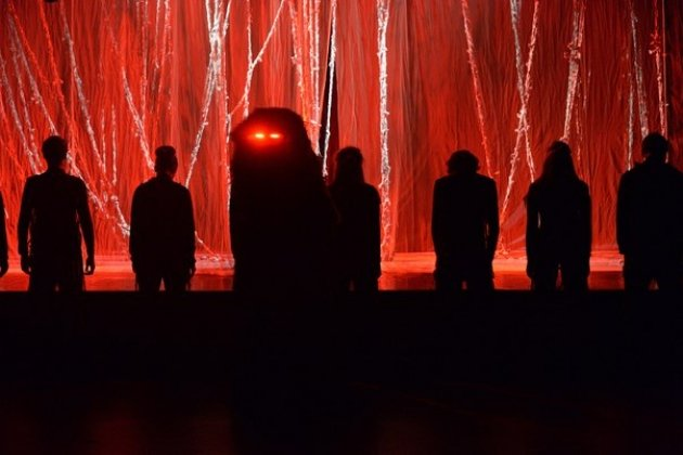 спектакль «Чудище» на сцене Учебного театра «На Моховой»