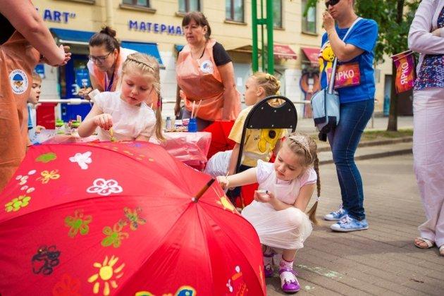 Инсталляция «Аллея парящих зонтиков»