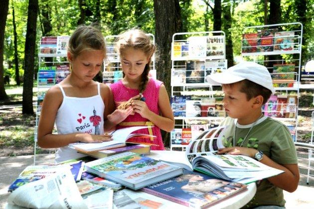 На «Книжных аллеях» возле Михайловского замка стартуют читательские дни