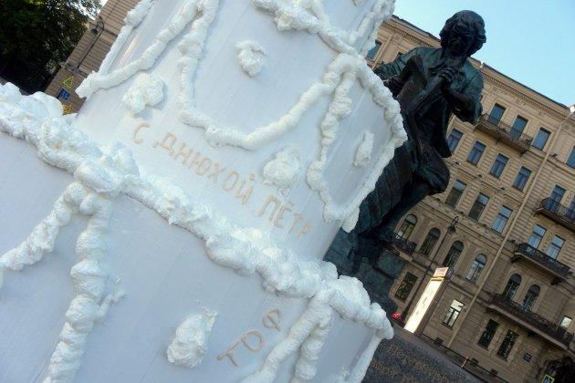 Петра I поздравили с днем рождения огромным тортом на Адмиралтейской набережной