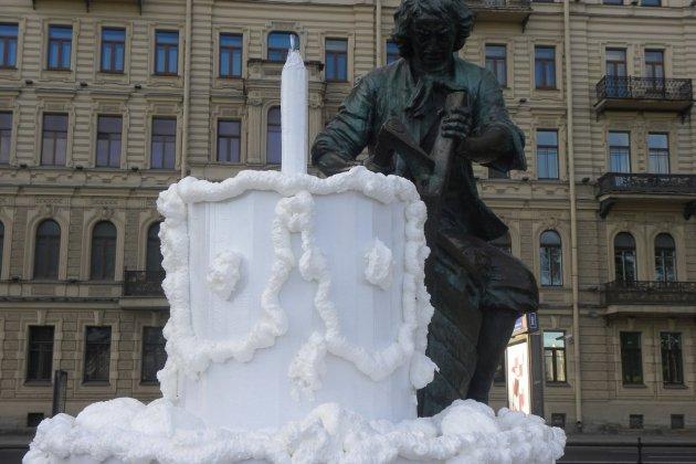 Петербургский художник поздравил Петра I с днем рождения огромным тортом
