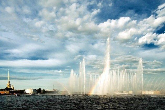 Плавучий фонтан в Санкт-Петербурге