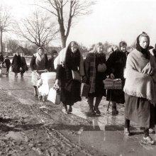Немецкие женщины и дети возвращаются к своим домам. Восточная Пруссия.  1945 год