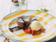 Кекс фондо с шоколадом и шариком ванильного мороженого