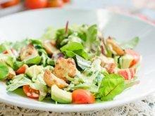 Салат с жареным осьминогом, авокадо и сладкими помидорами